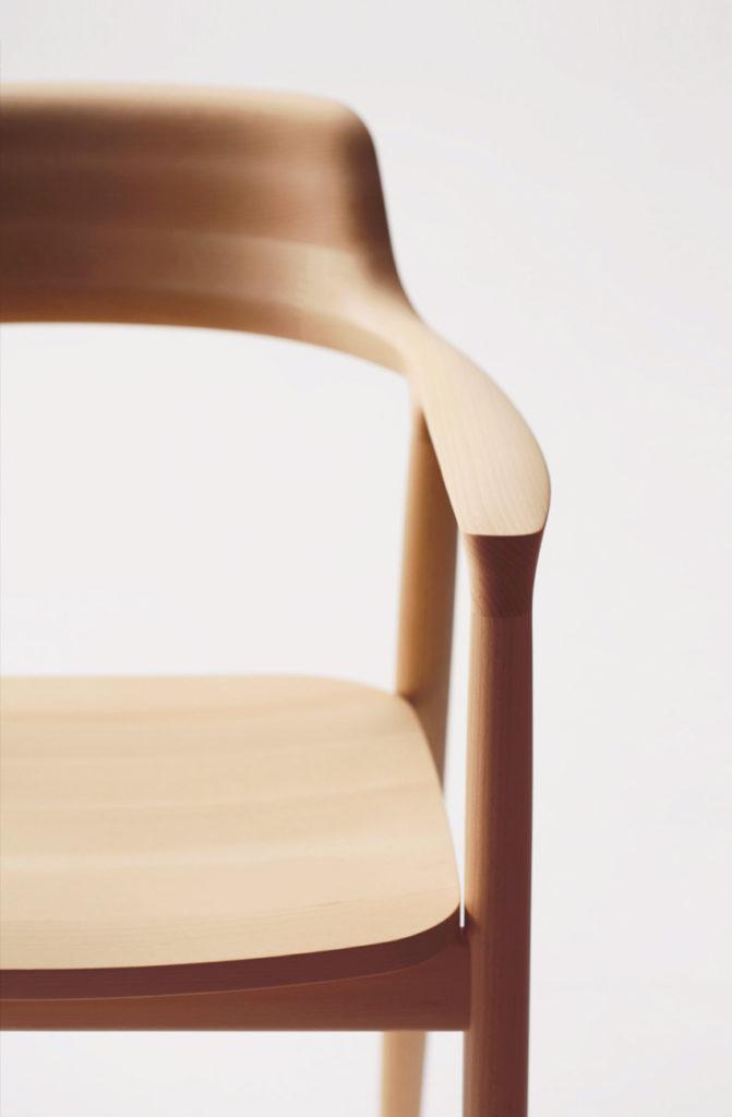 Fauteuil Hiroshima, de Naoto Fukasawa chez le fabricant Maruni. Un fauteuil en bois exceptionnel. Vue face avant du fauteuil.