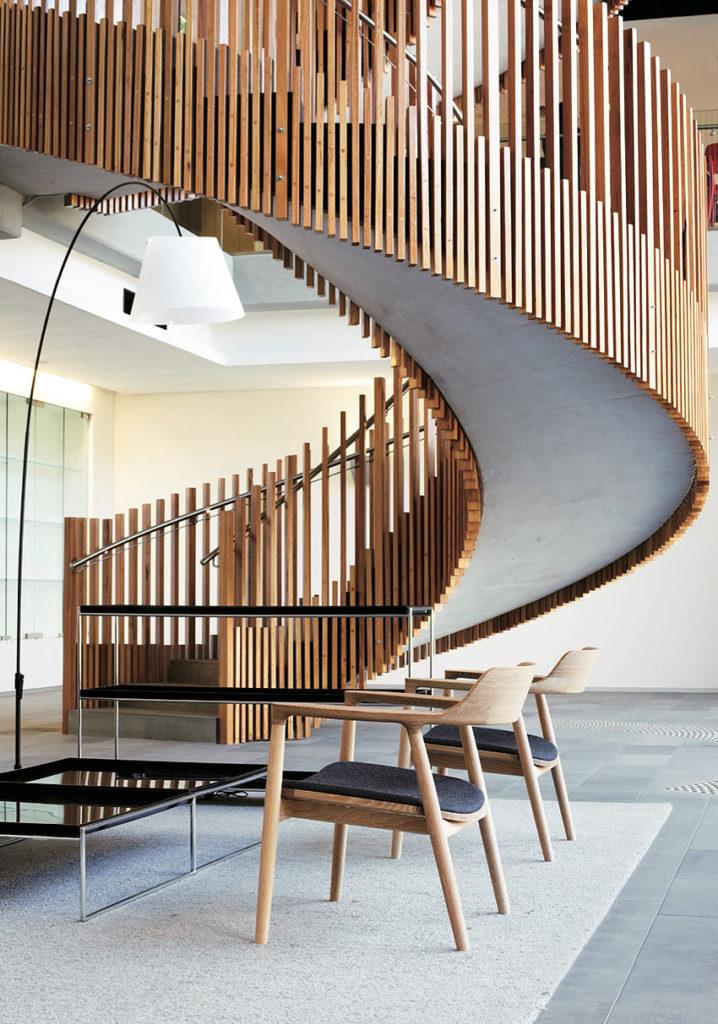 Fauteuil Hiroshima, de Naoto Fukasawa chez le fabricant Maruni. Un fauteuil en bois exceptionnel. Salon avec deux fauteuils bas