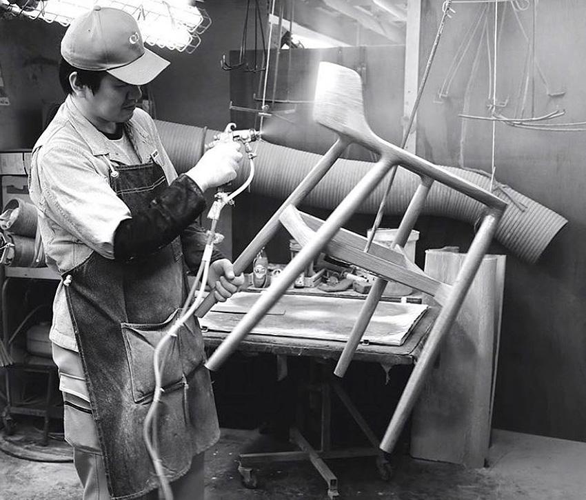 Fabrication du fauteuil. Fauteuil Hiroshima, de Naoto Fukasawa chez le fabricant Maruni. Un fauteuil en bois exceptionnel.