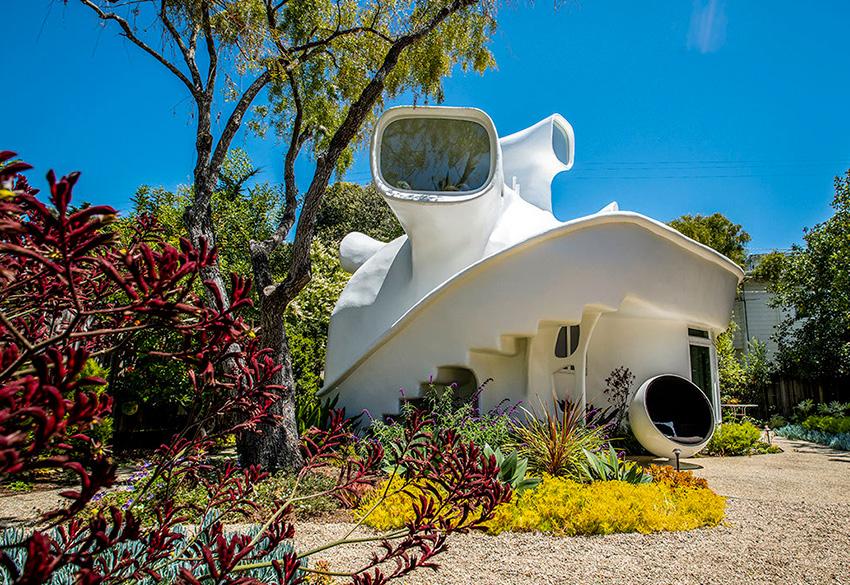 Spaceship House, une maison californienne extraordinaire. Architecture des années 70. Jardin.
