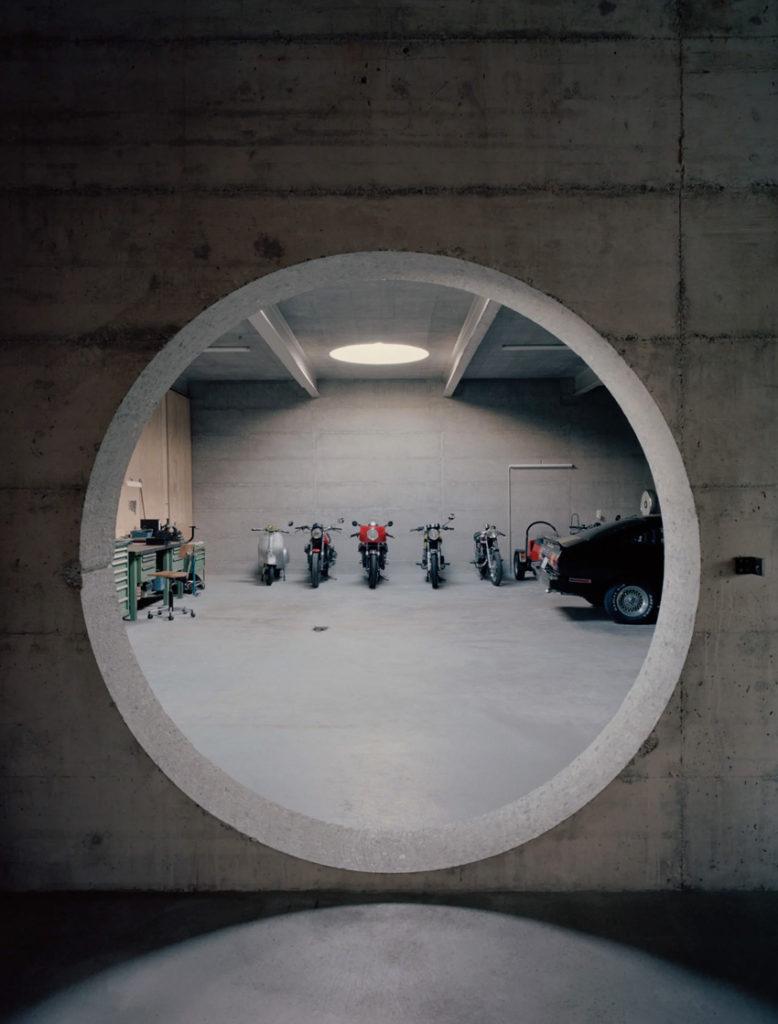 Maison d'architecte en béton, brutaliste, inspiration Paulo Mendes da Rocha. Ouverture circulaire garage.