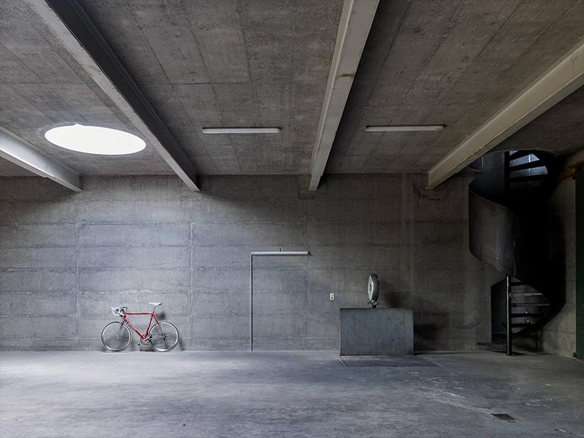 Maison d'architecte en béton, brutaliste, inspiration Paulo Mendes da Rocha. Garage.