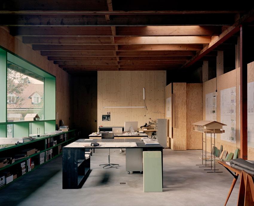 Maison d'architecte en béton, brutaliste, inspiration Paulo Mendes da Rocha. Bureau
