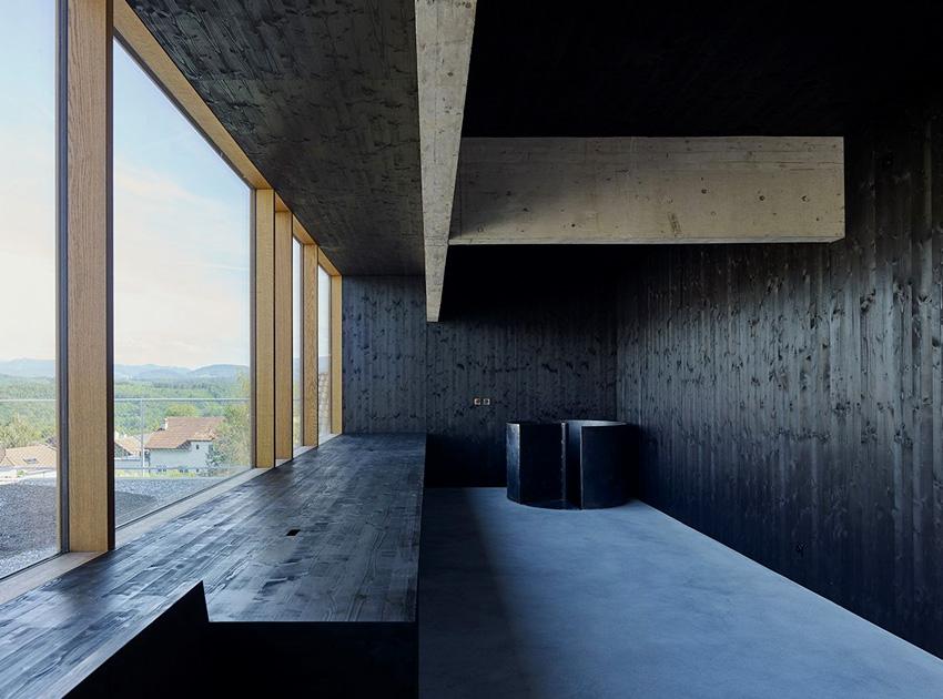 Maison d'architecte en béton, brutaliste, inspiration Paulo Mendes da Rocha. Haut de l'escalier.