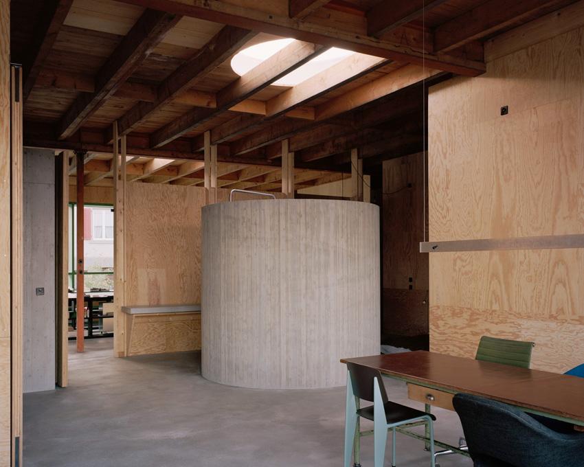 Maison d'architecte en béton, brutaliste, inspiration Paulo Mendes da Rocha. Salle de bain