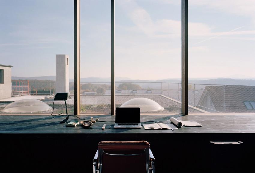 Maison d'architecte en béton, brutaliste, inspiration Paulo Mendes da Rocha. Bureau et vue extérieure