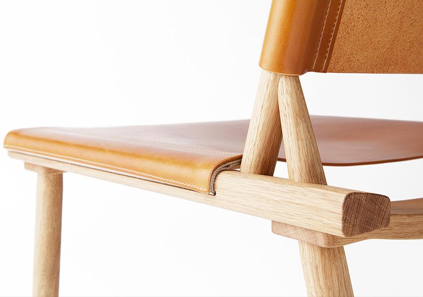 Fauteuil bois Jasper Morrison - Nikari. Fauteuil bois haut de gamme. Minimaliste et élégant.Détail cuir.