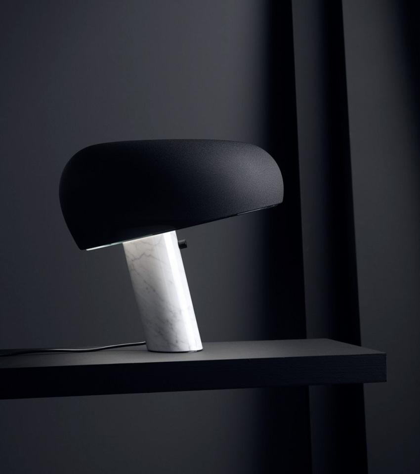 Snoopy chez FLOS. Lampe à poser Snoopy. Lampe de table ou de bureau très graphique et sculpturale.