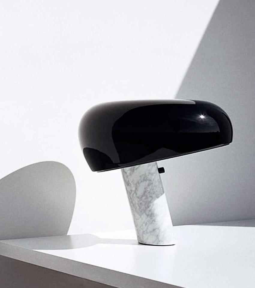 Snoopy chez FLOS. Lampe à poser Snoopy. Lampe de table ou de bureau très graphique et sculpturale. Pied marbre