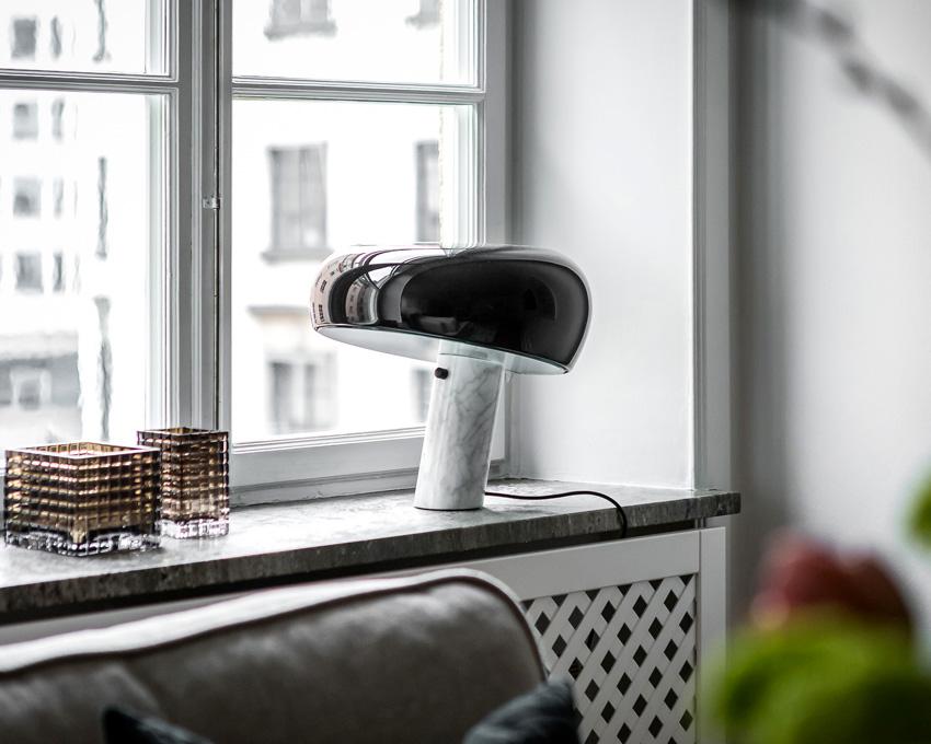 Snoopy chez FLOS. Lampe à poser Snoopy. Lampe de table ou de bureau très graphique et sculpturale. Bord de fenêtre