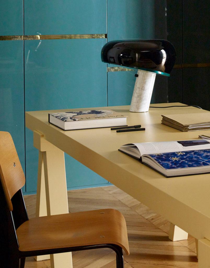 Snoopy chez FLOS. Lampe à poser Snoopy. Lampe de table ou de bureau très graphique et sculpturale. sur un bureau