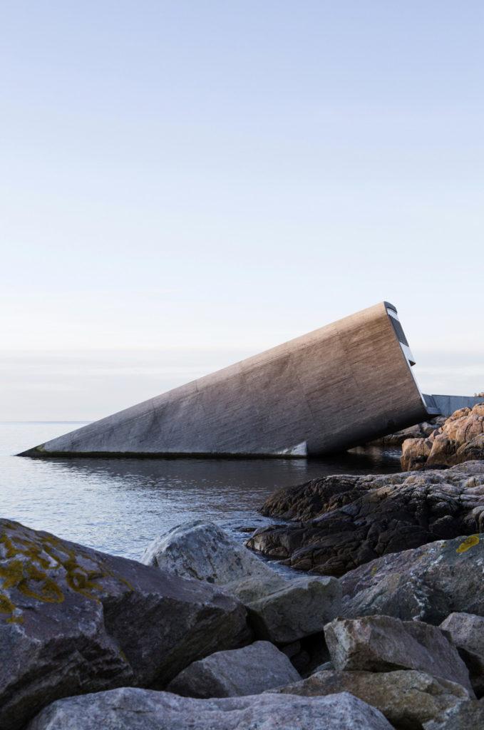 Under, Restaurant sous-marin en Norvège - Vue d'extérieur en mi-immersion